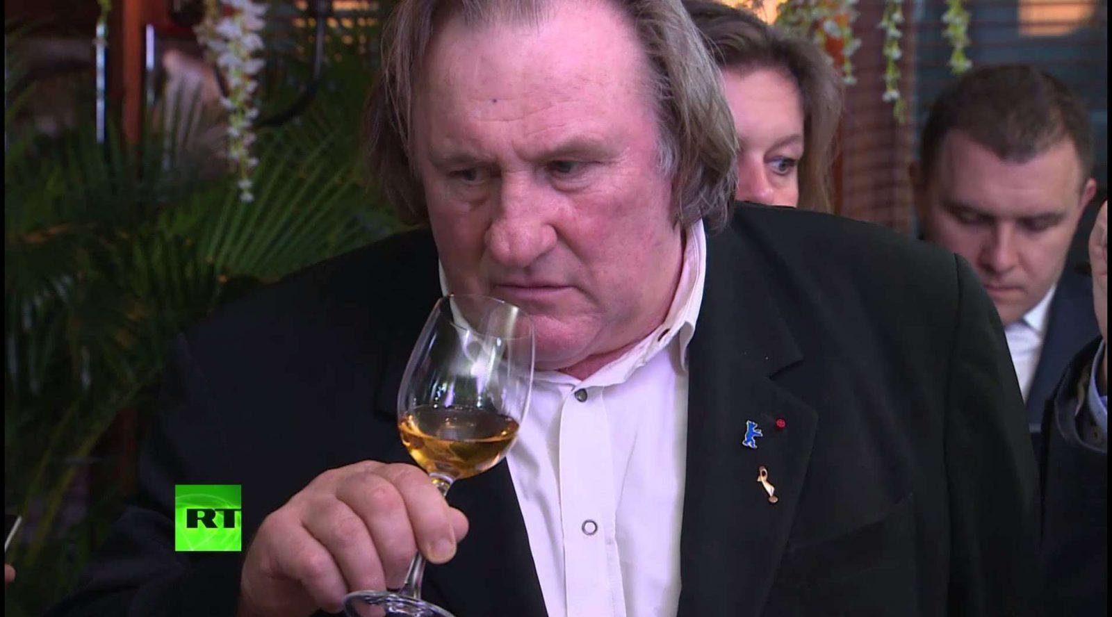 Krymas. Vyndariai aktoriui Žerarui Depardje padovanojo kolekcinį vyną, kurio amžius toks pats kaip ir aktoriaus