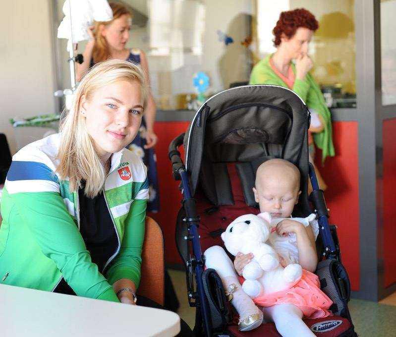 Rūta Meilutytė aplankė Kauno klinikose besigydančius vėžiu sergančius vaikus