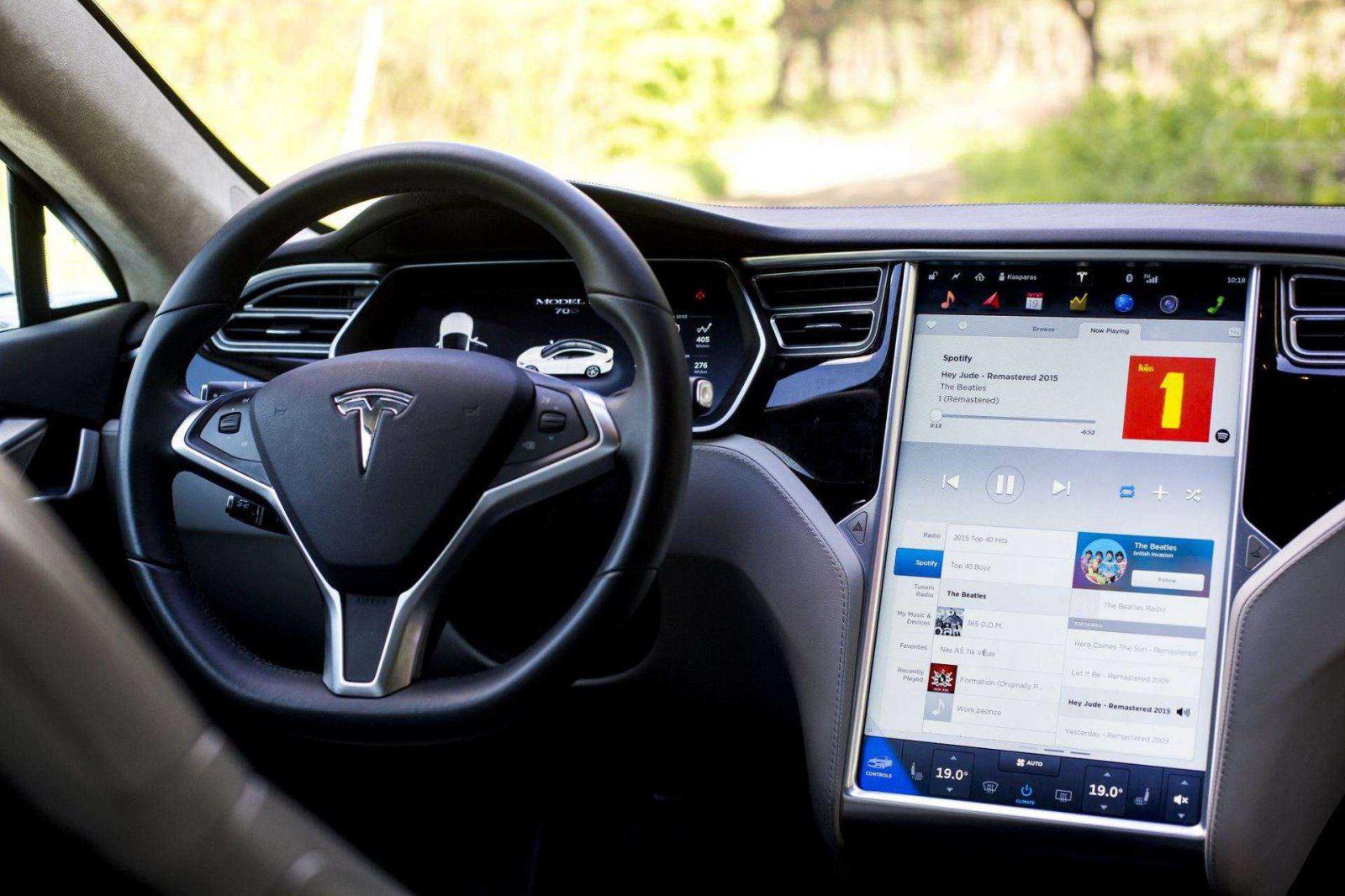 """Tiriamos dvi versijos, kodėl galėjo žūti """"Tesla"""" vairuotojas, naudojęs autopilotą"""