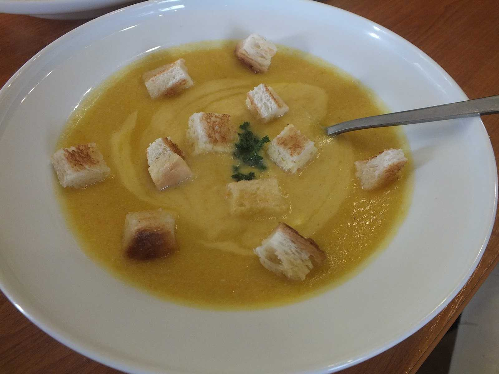 Pertrinta daržovių sriuba su skrebučiais