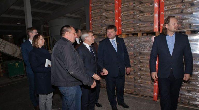 Seimo Pirmininkas domėjosi medienos granulių gamybos verslo nūdiena ir perspektyvomis.