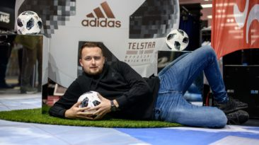 """Lietuvoje pristatytas 2018 m. pasaulio futbolo čempionato kamuolys """"Telstar 18""""."""