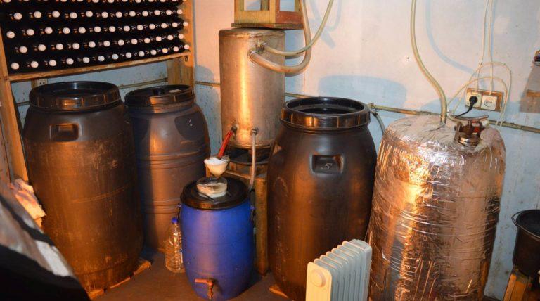 Šiauliuose aptikta pusė tonos naminės degtinės. Ar Alkoholio kontrolės įstatymo pakeitimai verčia grįžti prie naminukės?