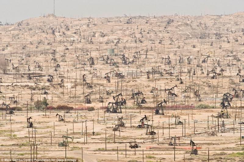 Naftos laukas Kalifornijoje ir žmogaus negailestingas jo išnaudojimas.