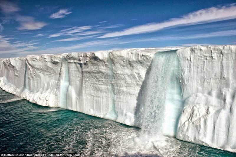 Dėl tirpstančio ledyno atsiradęs masyvus krioklys. Tai – neabejotinas greitai vykstančių klimato pokyčių įrodymas.