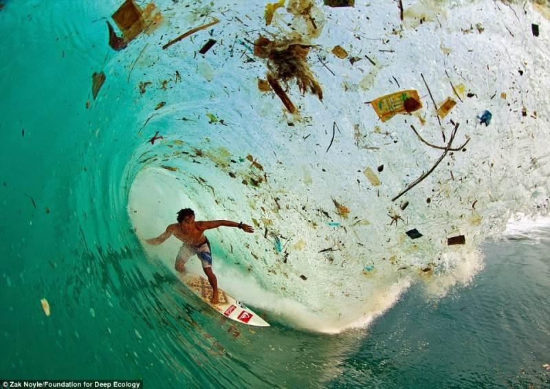 Indonezijos banglentininkas pažaboja bangą.
