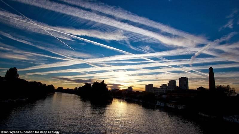 Protu nesuvokiamas lėktuvų srautas virš Londono.
