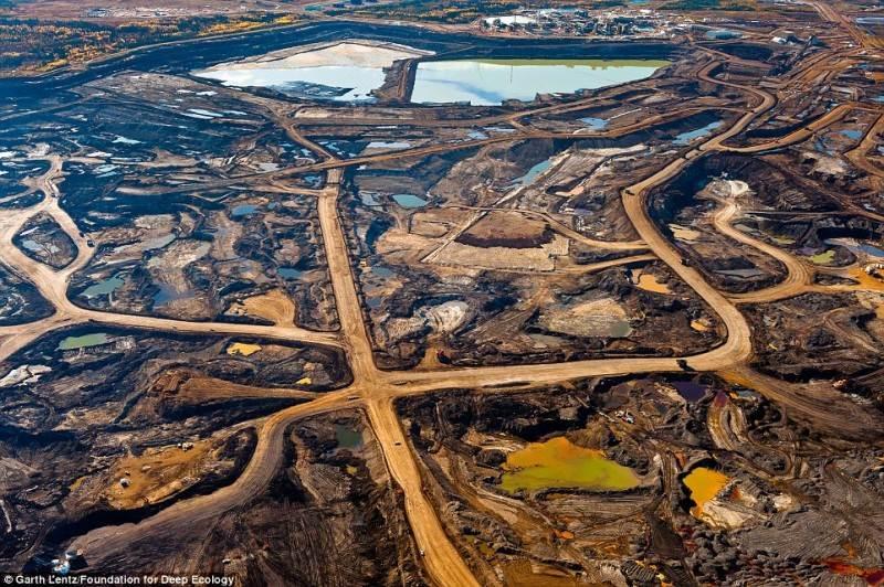 Pėdsakai, likę po naftos prisisunkusio smėlio kasimo Kanados provincijoje Albertoje.