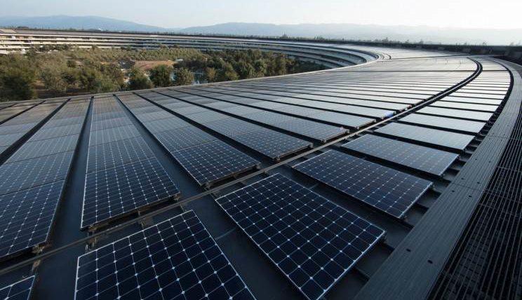 """Kaip """"Apple"""" vėl pralenkė daugybę kompanijų: tyliai įvykdė milžinišką planą dėl atsinaujinančios energijos ir dabar šiuo pavyzdžiu jau seka ir kiti"""