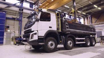 Volvo Trucks parodė, kaip išbando savivarčių tvirtumą – iš kokio aukščio ir kiek kartų reikia numesti 2 tonų svorį, kad sulūžtų jo transmisija?
